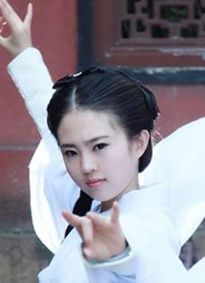 武汉美女cos小龙女神似刘亦菲 白衣飘飘获赞