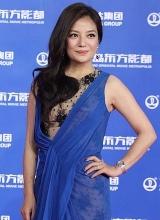 赵薇透视长裙优雅亮相万达百米红毯