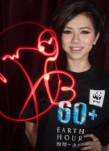 邓紫棋宣传环保 与熊猫约会