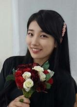 JYP家族迎接成人节 秀智赵权等献玫瑰