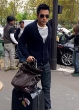 刘恺威巴黎街头街拍 戴墨镜帅气迷人