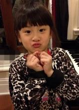 叶一茜晒爱女田雨橙弹钢琴照 乖巧可爱