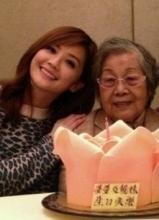 蔡卓妍与家人一起庆生 温馨私房照曝光
