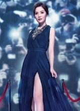 蔡卓妍机车女装扮拍摄广告大片 大呼过足戏癮