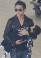孙俪全家现身机场 邓超抱儿子一秒变奶爸