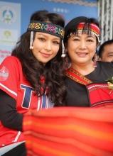 徐若瑄装扮民族风亮相某活动 与母亲玩hight自拍