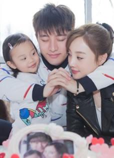 贾乃亮生日获女儿娇妻亲吻 一家三口甜蜜合照