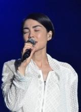 王菲大连开演唱会 掀裙秀腿 向歌迷撒娇