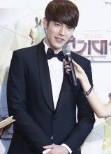 金宇彬2013年SBS演技大奖 红毯秀高清照