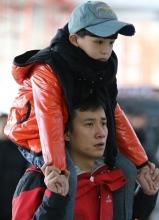 小爸爸剧照 文章PK萌娃上演父子逗趣作战