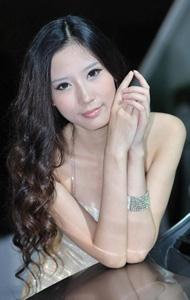 白裙抹胸车模美女 优雅动人