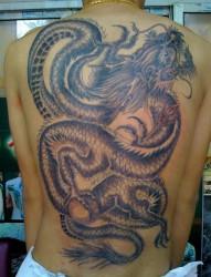 背部龙形纹身图案