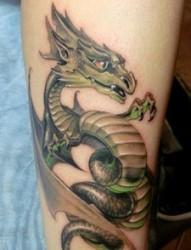 腿部经典的青龙纹身