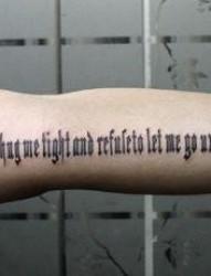 手臂哥特字母纹身图片