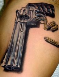 帅气的手枪纹身