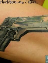 手臂上的3d手枪纹身图案