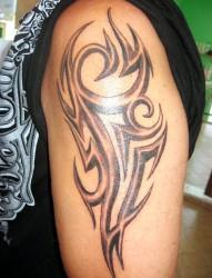 富有立体感是的大臂图腾纹身