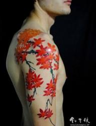 右手满臂枫叶纹身刺青作品