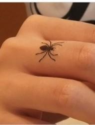 手指上的小蜘蛛刺青图片欣赏