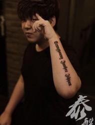 男生手部经典哥特文字纹身图片