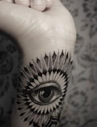 手臂上的眼睛纹身