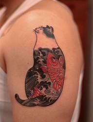 大臂上的肥猫肚子里有条鲤鱼