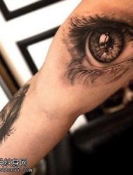 手臂上非常逼真的眼睛纹身图案