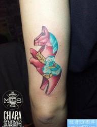 一款手臂彩色马纹身图案