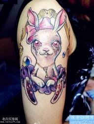 手臂彩色卡通兔子纹身图案