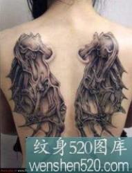 女孩满背恶魔翅膀纹身图案