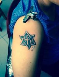大臂上帅气的六芒星纹身