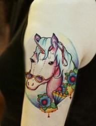 手臂上非常漂亮的独角兽纹身