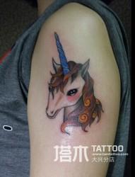 女孩手臂彩色独角兽纹身