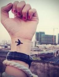漂亮唯美的飞机纹身让你把快来带回家