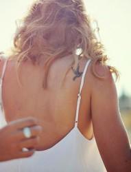 美女肩部性感的鸽子纹身图案