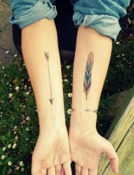 漂亮的梅花手臂纹身