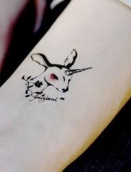手臂上唯美的小清新纹身