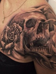 时尚女性的半甲骷髅纹身
