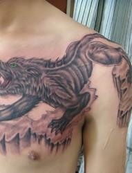 从肩膀到前胸狼半甲纹身作品