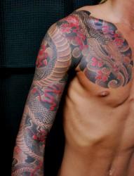 传统的半甲蛇纹身