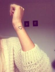 女生手腕小小的爱心纹身