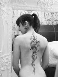 女人背部简单时尚的纹身