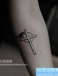 手臂小巧精美的十字架纹身图片