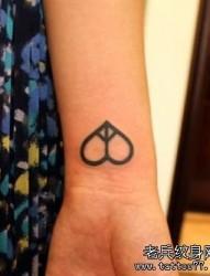 女孩子手腕处图腾爱心与反战符号纹身图片