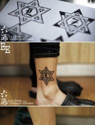 小腿潮流时尚的一幅情侣六芒星纹身图片