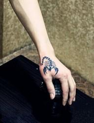 简单时尚的虎口蝎子图腾刺青