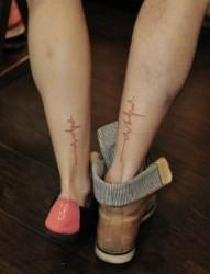 脚踝上的情侣心电图刺青
