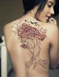 美女后背好看的植物纹身