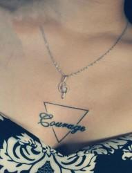 胸部三角形和英文字母的纹身