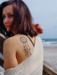 女性肩部唯美刺青